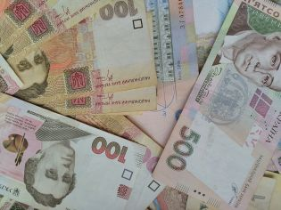 How much do Ukrainians keep on deposits?